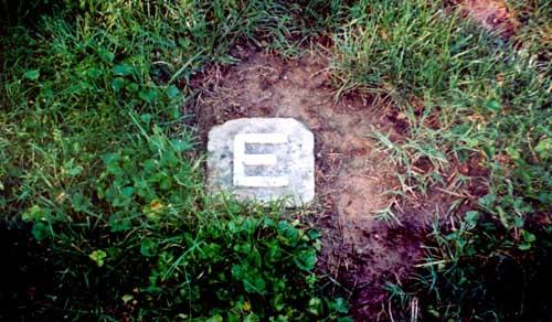 イームズの墓石