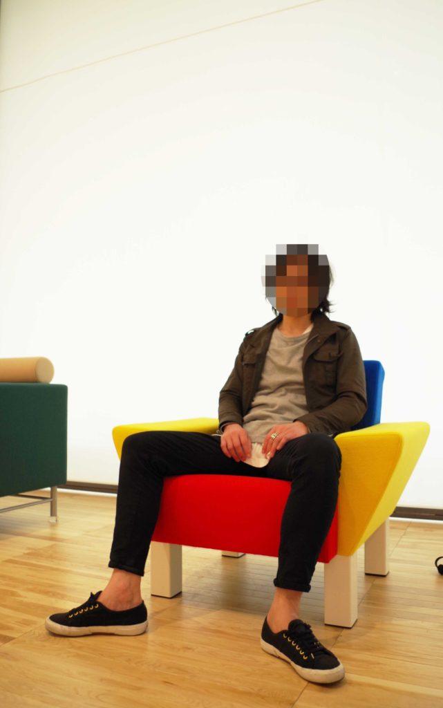 椅子に座っている