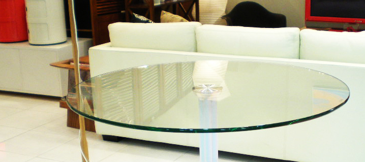 ガラス天板のテーブル