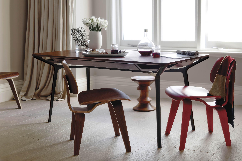 カラフテーブルとプライウッドチェア