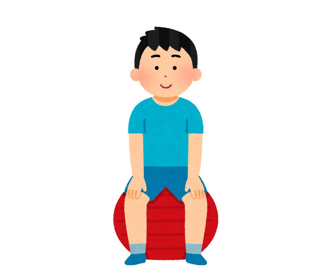 バランスボールに座る男性