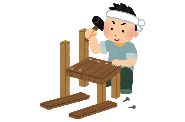 家具を組立中
