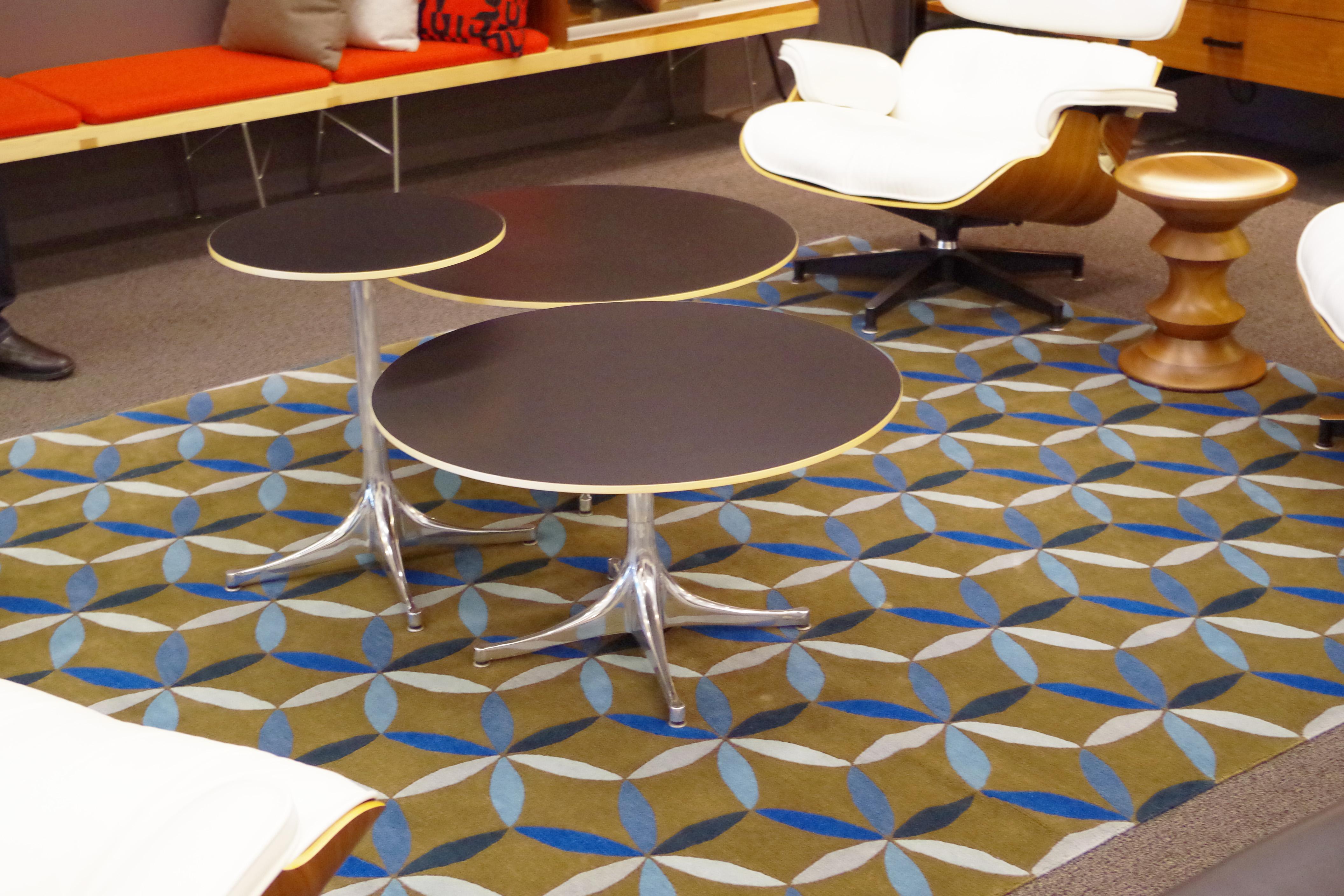 テーブルをいくつも並べたインテリアデザイン